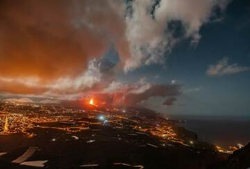 The best overview can be had from the mirador El Time, overlooking the Ariadne valley. The moon provides additional light to see the various towns, the erupting cone and the active lava flow, still far from the sea. (Photo: Tom Pfeiffer)