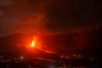 Sep 24, 2021, morning: Lava fountains continue all night and a lava flow travels from the cone eastwards, here seen from El Time. (Photo: Tom Pfeiffer)