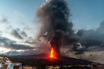 Lava fountain and ash plume at dawn (Photo: Tom Pfeiffer)