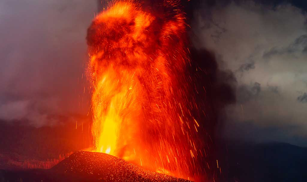 Lava fountain about 400 m tall (Photo: Tom Pfeiffer)