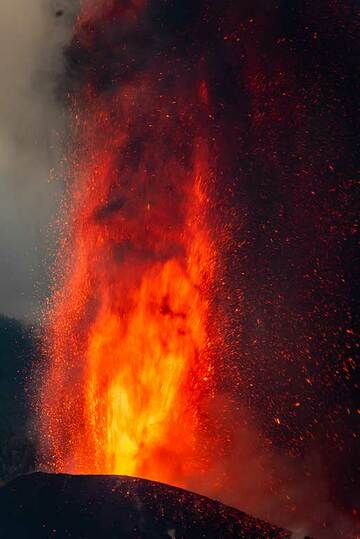 The lower 250 m section of the lava fountain (1/5) (Photo: Tom Pfeiffer)