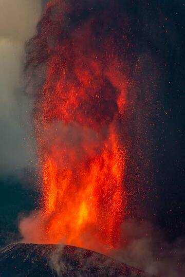 The lower 250 m section of the lava fountain (3/5) (Photo: Tom Pfeiffer)