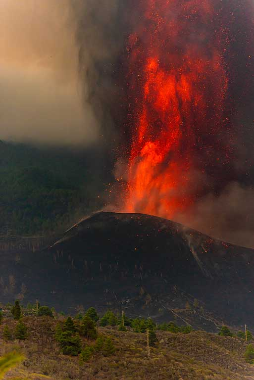 Lava fountain in the morning (Photo: Tom Pfeiffer)