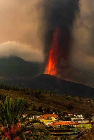 Lava fountain seen from Tajuya (Photo: Tom Pfeiffer)