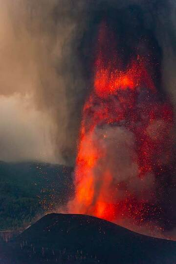 The lower 250 m section of the lava fountain (5/5) (Photo: Tom Pfeiffer)