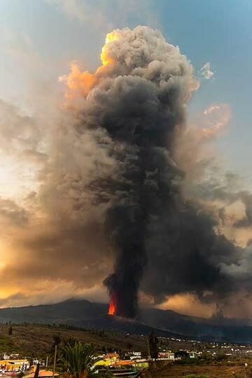 Eruption column (Photo: Tom Pfeiffer)
