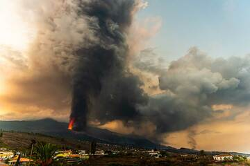 Wide-angle view of the eruption column and ash plume (Photo: Tom Pfeiffer)