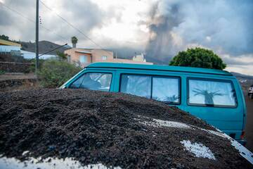 A car with heavy ash deposit on its roof (Photo: Tom Pfeiffer)