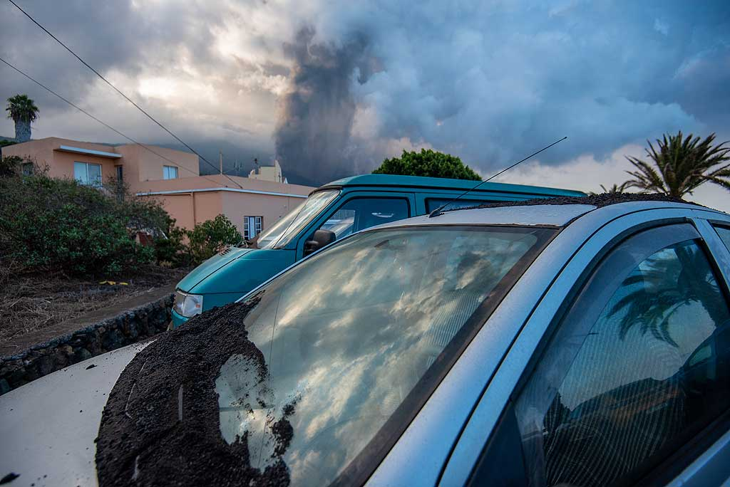 The front window of the car after partially cleaned from ash (Photo: Tom Pfeiffer)