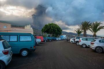 Ash-covered parking in front of the church at Tajuya (Photo: Tom Pfeiffer)
