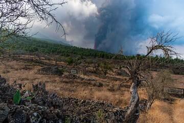Dry farm land and the eruption. (Photo: Tom Pfeiffer)