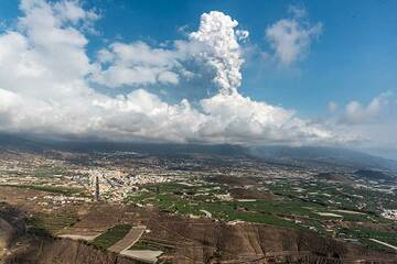 The eruption plume seen from a distance at El Time viewpoint at noon. (Photo: Tom Pfeiffer)