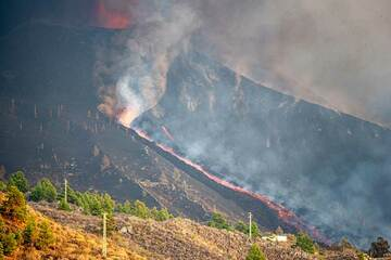 The new lava flow from the NW flank vent has already traveled down the flank of the cone. (Photo: Tom Pfeiffer)