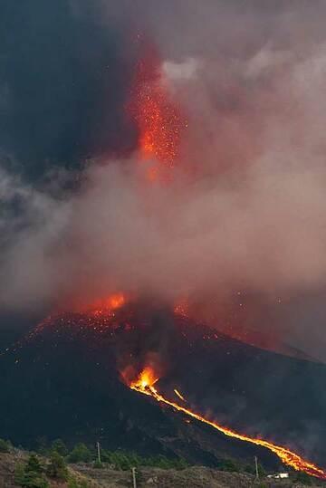 Evening lava fountain through the cloud (Photo: Tom Pfeiffer)