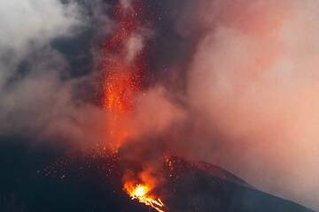 Lava fountain from the summit vents and liquid spattering at the flank vent. (Photo: Tom Pfeiffer)