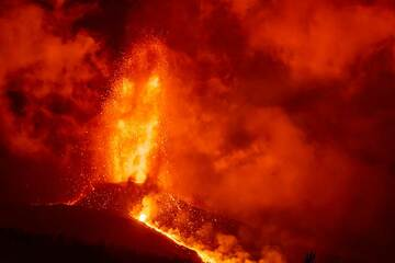 Night-time lava fountain and lava flow (1/2) (Photo: Tom Pfeiffer)