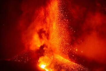 Lava fountain and lava flow from the fissure vent (Photo: Tom Pfeiffer)