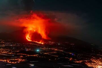 The new lava flow and eruption cloud seen from El Time late at night on early 25 Sep. (Photo: Tom Pfeiffer)