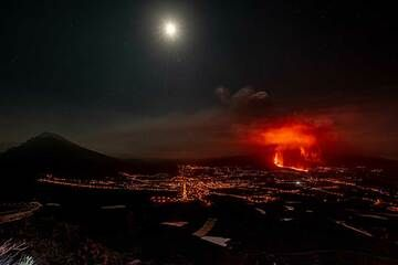 Cumbrecita peak, the moon, the Ariadne valley and the eruption from El Time (Photo: Tom Pfeiffer)