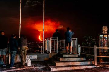 Mirador El Time with the eruption behind (Photo: Tom Pfeiffer)