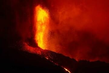 Strong lava fountaining at the summit vent on 25 Sep evening. (Photo: Tom Pfeiffer)