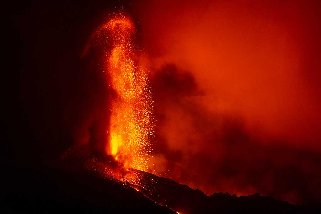 Through erosion by explosions and lava emission from the vent vents, the cone is half-open to the west; from our viewpoint near Tajuya to the SW, the opposite wall of the canyon-shaped opening of the cone can be seen behind the dark ridge in the foreground. (Photo: Tom Pfeiffer)