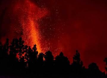 A shorter exposure of the lava fountain (Photo: Tom Pfeiffer)