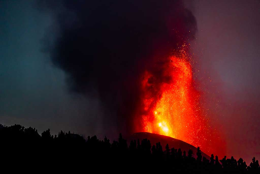 Lava fountain and ash plume at early dawn. (Photo: Tom Pfeiffer)