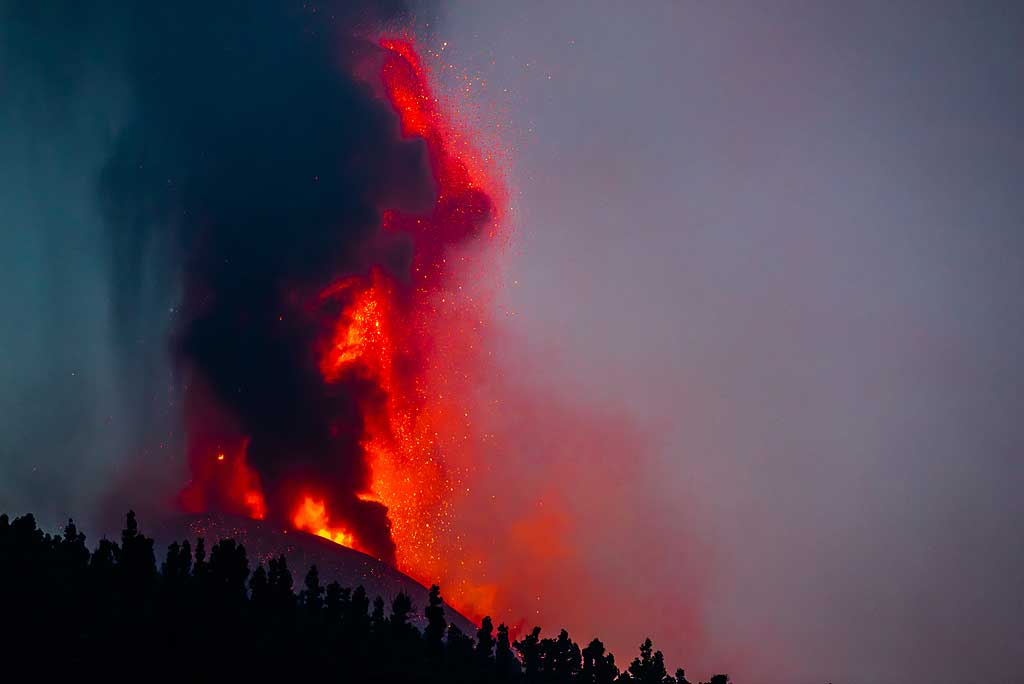 Ash rising from other vents obscure the lava fountain at times. (Photo: Tom Pfeiffer)
