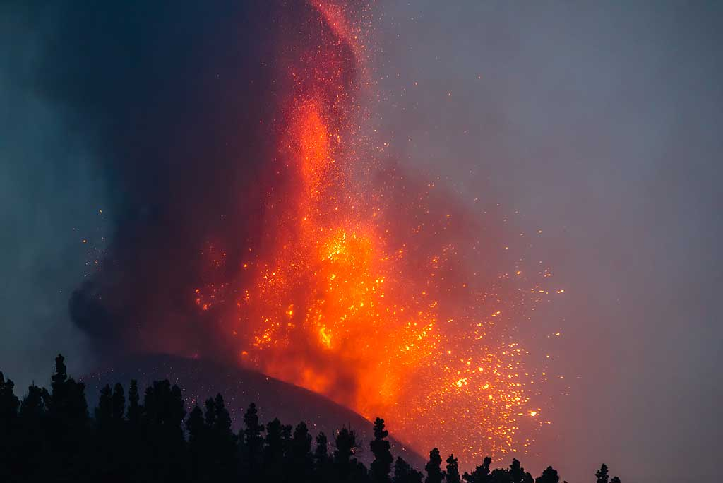 A lava bubble explosion throws glowing lava bombs in circular directions. (Photo: Tom Pfeiffer)