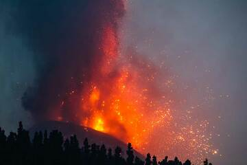 During 25 and 26 Sep, the activity continued with no significant changes - tall lava fountains from the main vents in the cone's summit crater, lava flow emission from the flank vent that had opened on 24 Sep, as well as lava effusion into the main flow presumably through lava tubes.  Compared to 23-24 Sep, the lava fountaining decreased significantly on 26 September morning, only to pick up in the evening again. The photos were taken from viewpoints to the SW and NW of the vent in the night 25-26 Sep and on 26 Sep morning: (Photo: Tom Pfeiffer)