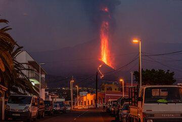 As it gets dark, the lava fountain looms over La Laguna. (Photo: Tom Pfeiffer)