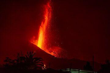 Near-vertical tall lava fountain (Photo: Tom Pfeiffer)