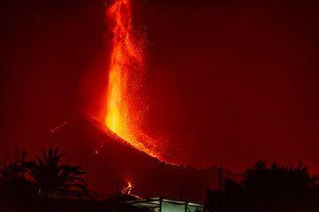 Tall candle-like lava fountain (Photo: Tom Pfeiffer)