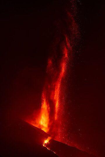 Tall jets of lava rising near vertically (2/4) (Photo: Tom Pfeiffer)