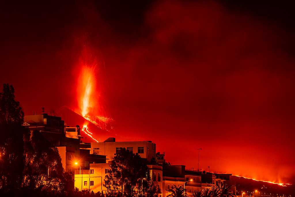 The lava fountain and part of the lava flow seen from Los Llanos de Ariadne (1/4) (Photo: Tom Pfeiffer)