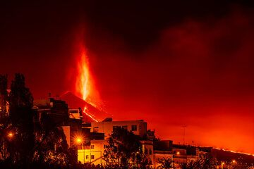 The lava fountain and part of the lava flow seen from Los Llanos de Ariadne (2/4) (Photo: Tom Pfeiffer)