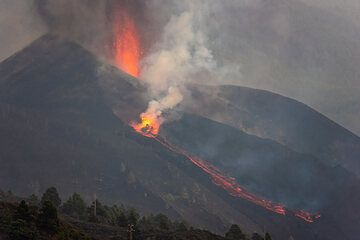 Activity at the flank vent quickly increased, with vigorous continuous spattering of liquid lava and the lava flow gaining volume and descending quickly. (Photo: Tom Pfeiffer)