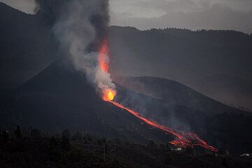 The lava flow from the flank vent quickly reached the base of the cone. (Photo: Tom Pfeiffer)