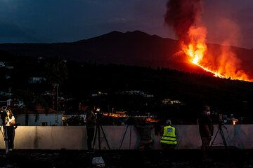 The new lava flow and the restart of the eruption is big news. (Photo: Tom Pfeiffer)