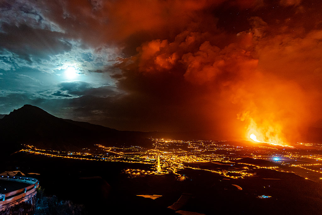 Wide angle panorama over the Ariadne valley and the eruption. (Photo: Tom Pfeiffer)