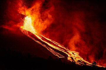 28 Sep evening. Vigorous lava fountaining from the flank vent feeding multiple lava flows on the northwestern slope of the cone. (Photo: Tom Pfeiffer)