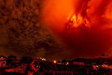 Thorsten photographing the eruption cloud. (Photo: Tom Pfeiffer)