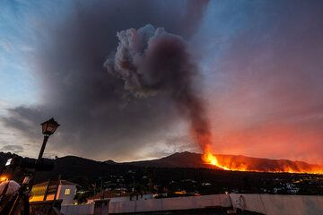Eruption on La Palma on 28 Sep 2021 (Photo: Tom Pfeiffer)
