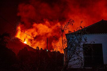 How might it feel to live in this place, which at least for now seems safe from the lava. (Photo: Tom Pfeiffer)