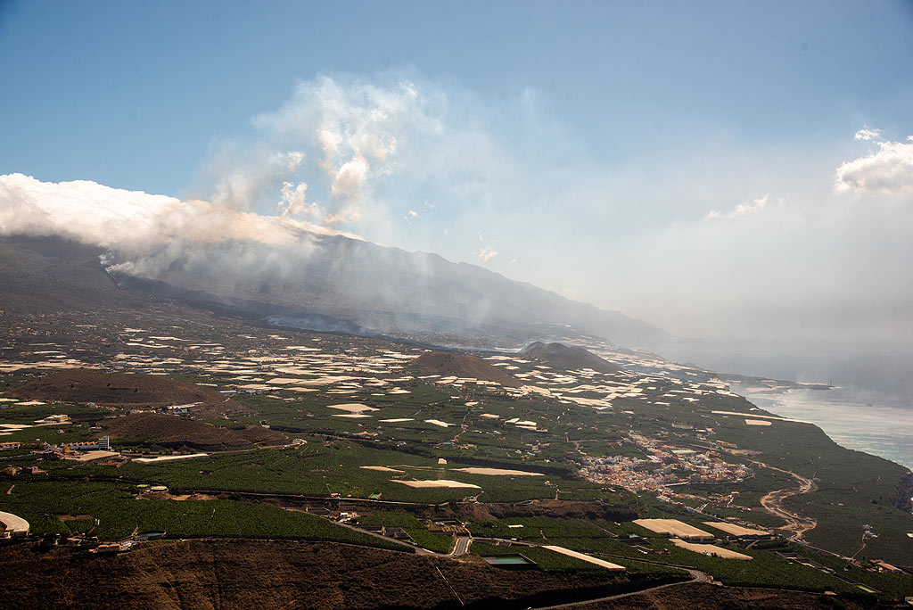 29 Sep 2021: overview of the eruption from El Time shows the lava has reached the sea and already created some new land there. (Photo: Tom Pfeiffer)