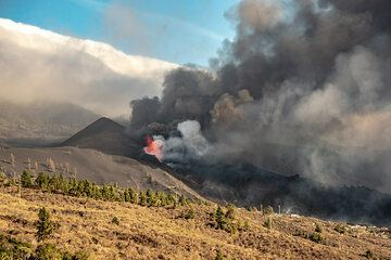 Lava fountaining and ash emissions from the cone. (Photo: Tom Pfeiffer)