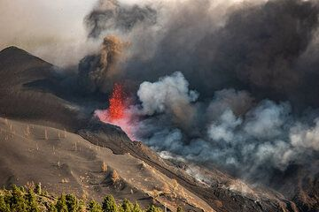 Closer view of the lava fountain at the flank vent. (Photo: Tom Pfeiffer)