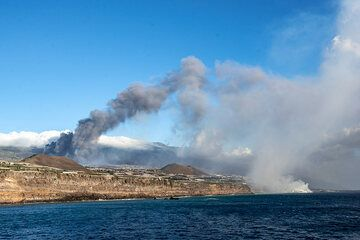 View of the scene from the port of Tazacorte. Today, winds bring the plumes westwards over the ocean, giving the airport a chance to reopen. (Photo: Tom Pfeiffer)