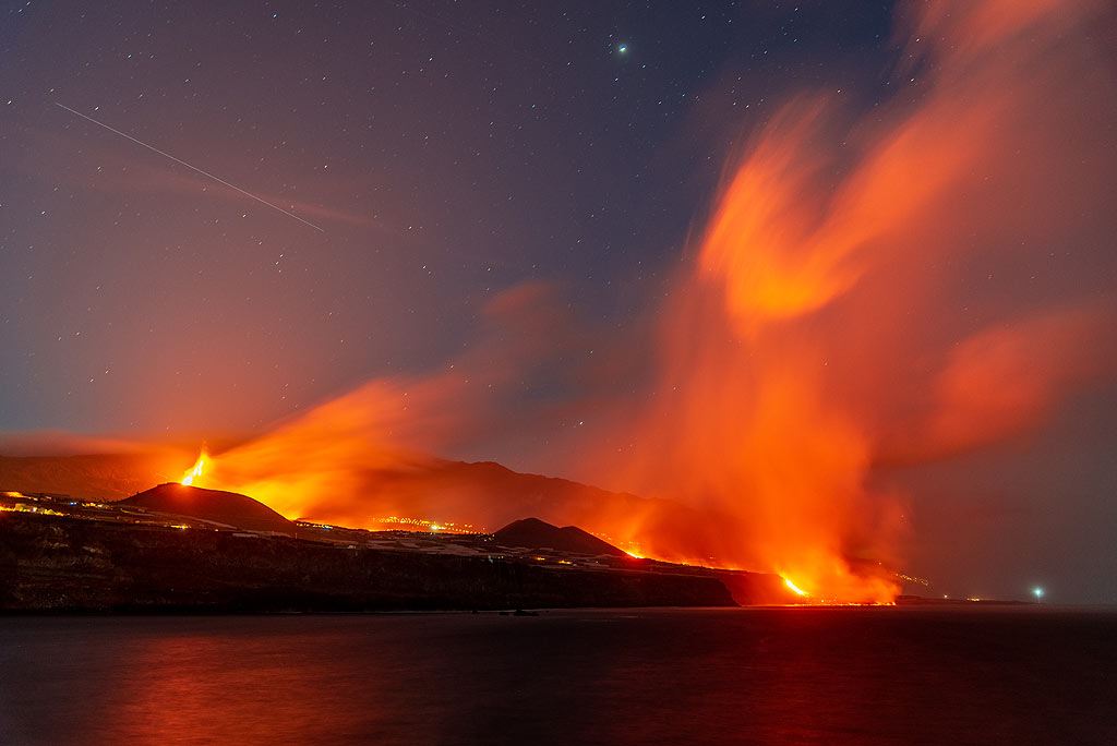Night-time view of the eruption with the active ocean entry from the port of Tazacorte (Photo: Tom Pfeiffer)